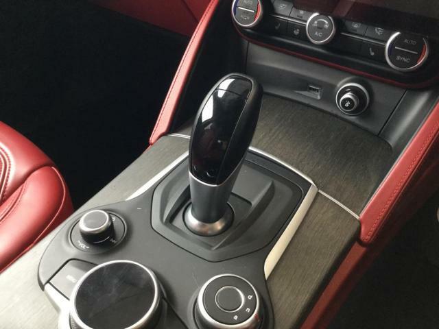 シフトレバーです。自動車の運転装置の1つで、マニュアルトランスミッションの歯車の組み合わせを切り替える操作レバーです。