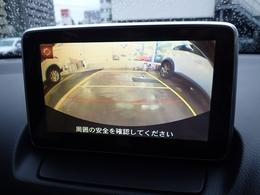 バックギア連動でカメラ映像に切り替わります。距離を掴みやすいよう、ガイドラインが表示されます。