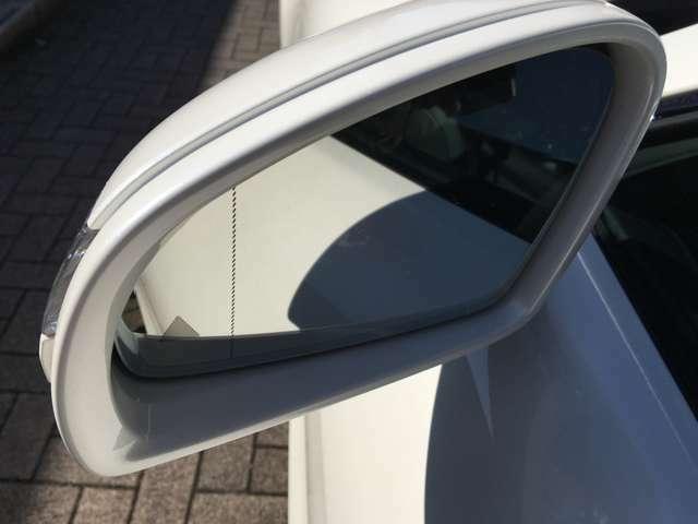 バックミラー端の▲印が左右の車の存在を教えてくれます。