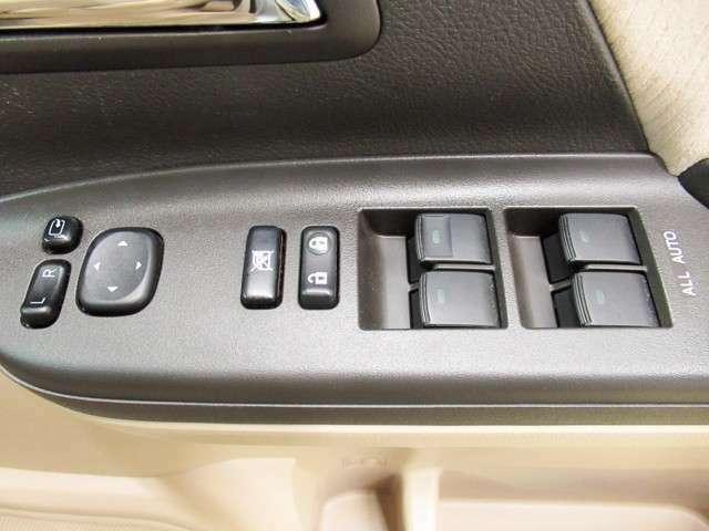 運転席パワーウィンドウスイッチ。すべてのドアの操作が可能で、4か所ともオートスイッチになっています。ドアミラーも電動で向きの調整・格納ができます。駐車した時など車内から操作ができて便利ですね。