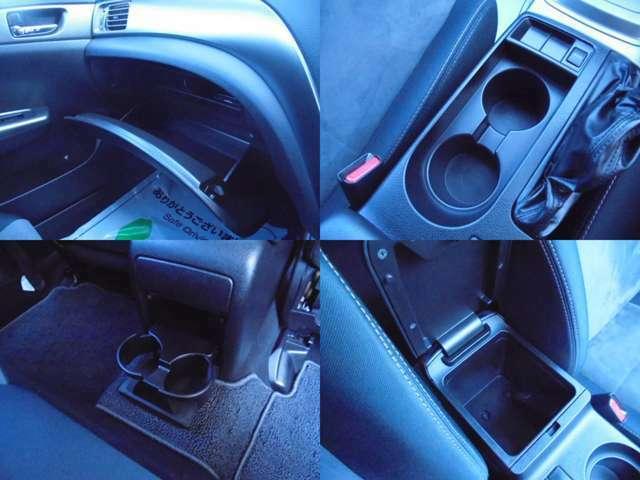 ドリンクホルダーや車内に常備しておきたい小物等、さまざまな物を収納できるポケットがありますよ♪