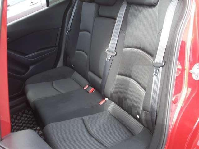 後部座席シートの気になる汚れなどもございません。ドア付近のクリーニング済みですのでご安心ください。