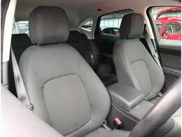 フロントシート フロントには運転席・助手席エアバッグ・サイドエアバッグ・カーテンエアバッグ等を標準装備。横滑り防止装置&ABS搭載で悪路や雨天時の安全性も高い1台です。