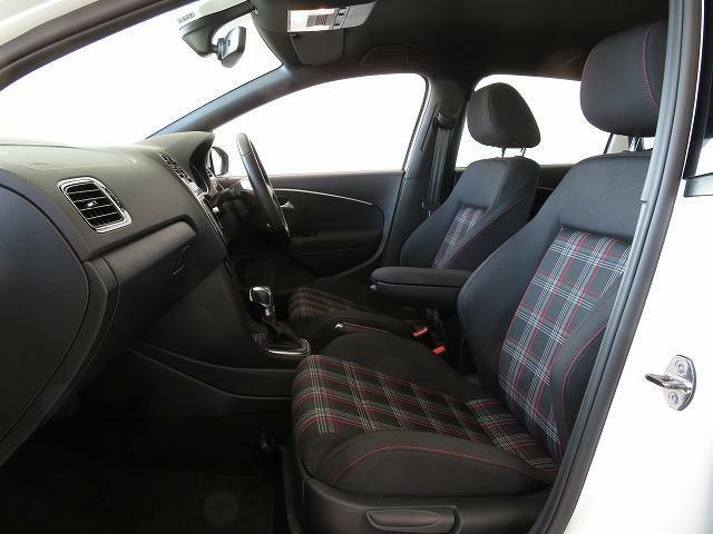 タータンチェックのシートパターンはよりシャープなデザインに、固めのクッションとサイドに張り出したサポートがコーナーをタイトに攻略するドライバーの身体を支えてくれる、スポーツマインド溢れるシート。
