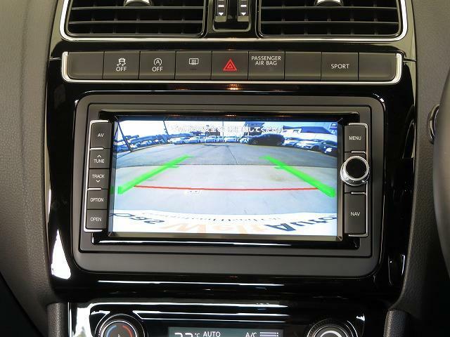 リヤビューカメラ:車両後方の映像を映し出します。画面にはガイドラインが表示され、車庫入れや縦列駐車を容易にしてくれます 。