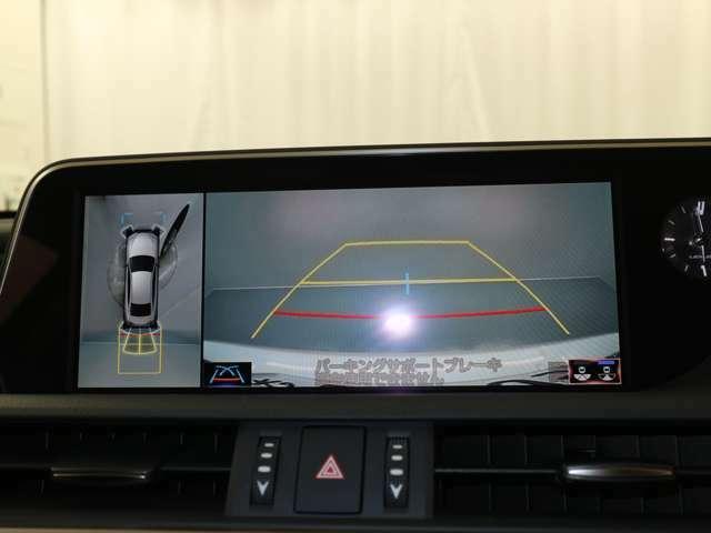 車両の前後左右に搭載したカメラから取り込んだ映像を合成し、車両を上から見た様な映像をナビゲーション画面に表示する事が出来る、パノラミックビューモニター