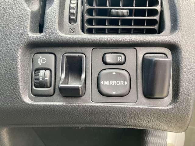 ヘッドライトの調整、サイドミラーの調節が可能です。