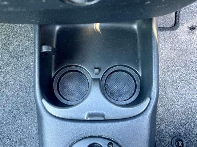 運転席と助手席の間に、ドリンクホルダーがあります♪