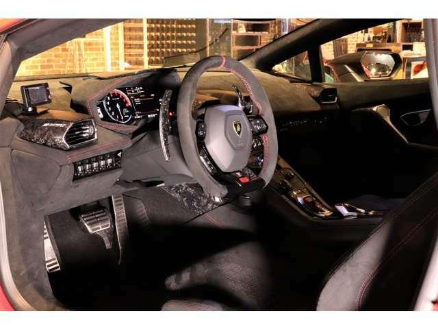 内装にもフォージドカーボンが使用されており、ダッシュボードなどにはアルカンターラが使用されています。