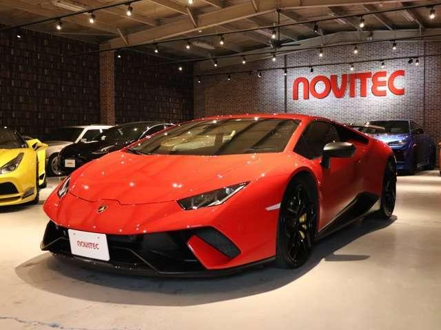 フロント、リアスポイラー、エンジンボンネット、リアバンパー、ディフューザーなどにフォージドカーボンが採用されており車重が約40kg削減されています。