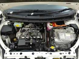 ハイブリッドシステムはモーターとエンジンの長所を最大限活かし低燃費でありながら優れた走りを両立させています!エンジンルームまでピカピカに仕上げているのが秋田トヨペットの中古車です!