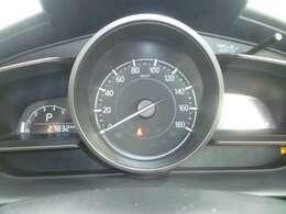 センタにスピード表示を配置し視認性の高いスピードメーターです