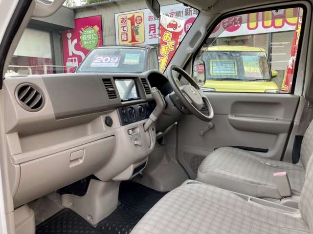 運転席と助手席には乗降グリップが付いており、乗り降りしやすくなっております。また、収納スペースもあり、足元も広々です!
