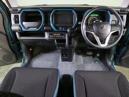 ワイドな視界を確保して、運転しやすいインパネデザイン。手の届きやすさ・操作方向・操作頻度などを考慮したスイッチ類の配置は、安心して運転に集中できる環境を提供します。