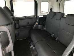 後部座席はリクライニングもできます!天井も高く、足元も広く快適に乗れます!