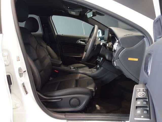 ウィンカー内蔵ドアミラーを開発したのは『メルセデス・ベンツ』です。他車からの視認性が高まり、事故の可能性を低減させています。更に、点灯部分はドライバーの視界に入らないように設計されています。