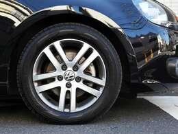 純正アルミホイール付。タイヤの溝も十分あります。