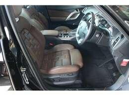 フロントシートはパワーシートと電動ランバーサポートがゆっくり前後するマッサージ機能を装備☆