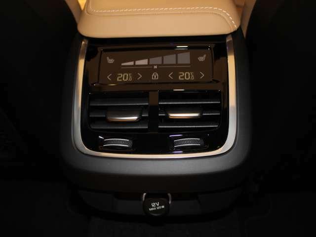 後席でも専用のタッチスクリーンによって個別に温度設定が可能です!