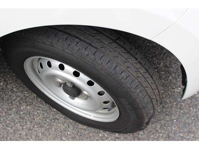 タイヤ4本とも溝タップリあります