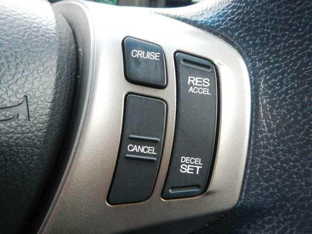 高速道路などで速度を一定に保つクルーズコントロールを装備です。