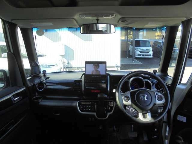 ドライバー目線の画像です。視界も確保されているので、見やすいですよ。インパネもシンプルにまとまってて使い勝手がいいと思います☆