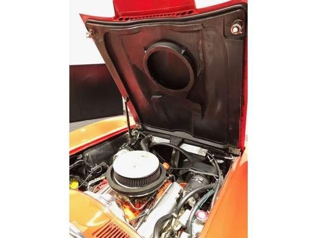 327L76エンジンは365ps(カタログデータ)ハイカム仕様ホーリー4バレルキャブレター。アルミラジエターに電動ファン2基。