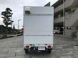 ソーラーパネル・ポータブル電源150Wh搭載車です!!後ろの扉も跳ね上げ式窓となりますポータブル電源搭載!! BOX新品!! 換気扇付!! コンセント付!!