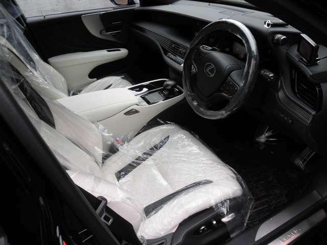 清潔感のある白革!運転席、目立つ傷などはほとんどなく、大変綺麗です!