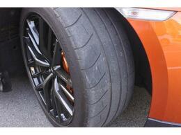 20×10JのワイドリムフロントホイールはGTRの馬力を路面に伝える為の専用装備です。