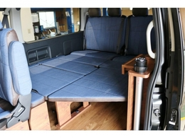 内装架装VER1.5車両!サードシートをベットマット展開しております!マットもデニム仕様!