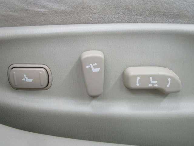 お好みのシートポジションに簡単設定できる前席パワーシート!!運転席はシートポジションメモリー機能も付いてます♪