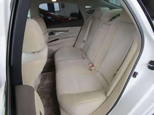 厚みのあるクッションとゆったりした座面で快適な座り心地のリヤシート♪