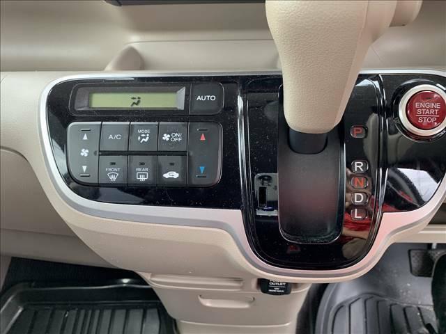 冷暖房のチェックもOKです!快適に過ごすのは必要不可欠ですね☆夏も冬も快適な車内でお過ごしください!シフトレバーも操作しやすい位置にありますね!