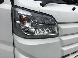 LEDヘッドランプは白く明るい光で夜間走行の安心感を高めます