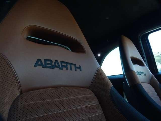 """シートはヘッドレスト一体型、そして""""ABARTH""""のロゴが美しい。(続く)"""