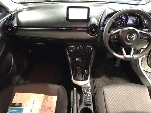 インパネ部分を長く取るデザインで助手席に座っている方に開放感を与え、運転席はコクピットにより余裕を持って運転に集中できるレイアウトとなっております◎
