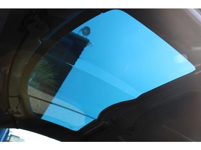 ガラスルーフになっております!ボディカラーデュアルルーフPKGが装備されているため、外からはボディ同色のルーフに見えます!
