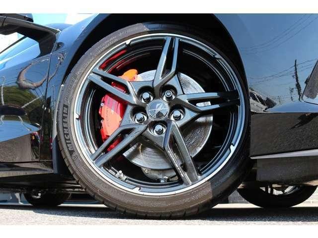ホイールは、5オープンスポークカーボンフラッシュペイント+マシーンエッジになります!タイヤは、オプションのミシュラン!タイヤサイズ:Fr245/35ZR19Rr305/30ZR20となります!