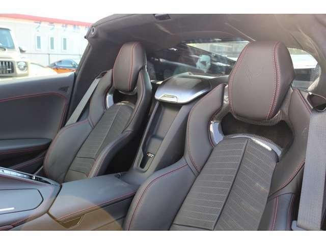 スポーツバケットシート完備!シートにもカーボン素材が使われており、とてもスポーティーなシートになります!