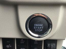 プッシュボタンスタートでエンジン始動♪ カードキーを携帯していれば、ブレーキを踏みながらボタンを押すだけでエンジンの始動が簡単に行えます。