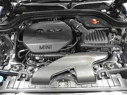 BMW製1.5L直列3気筒ターボエンジン。136PS/220Nm(カタログ値) エンジンルーム内はきれいな状態です。