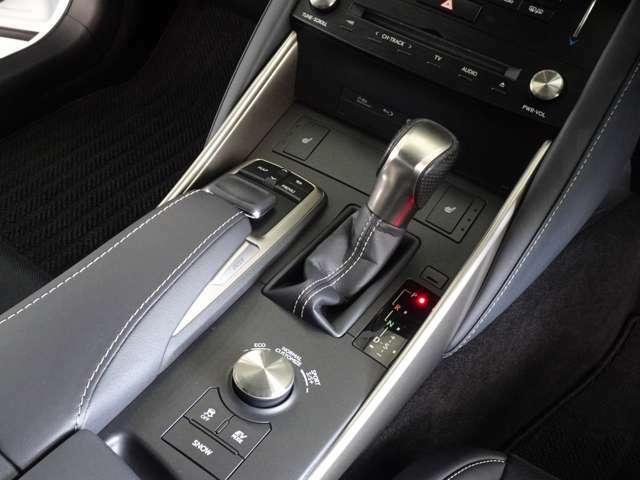 ダイヤルで走行モードを切り替えることにより、ドライビングの愉しさがさらに広がります。CUSTOMIZEモードではパワートレーン、シャシー、エアコンの各モードの組み合わせをドライバー好みで自由に設定可能