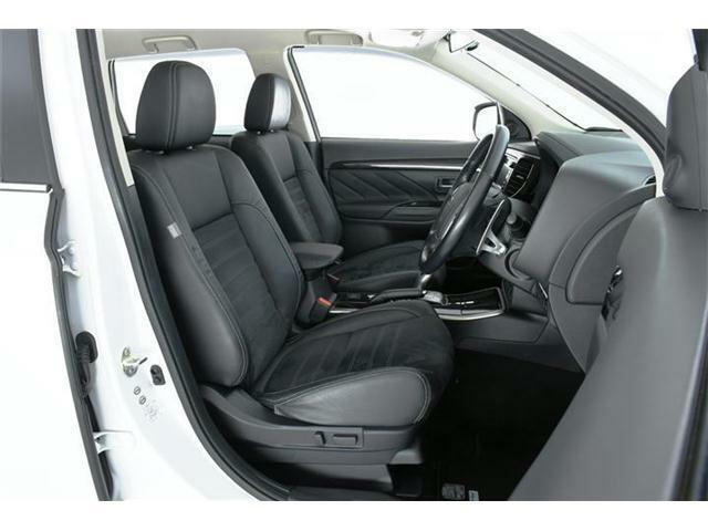 ホールド感の強いスエード生地の合皮コンビシート。フロントシートにはシートヒーターも装備されていますので、寒い冬でも芯からポカポカ・・・♪