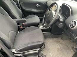 車内で一番汚れやすい運転席も綺麗な状態です♪シートリフターが付いており運転する方にあった細かい調節が可能でございます♪