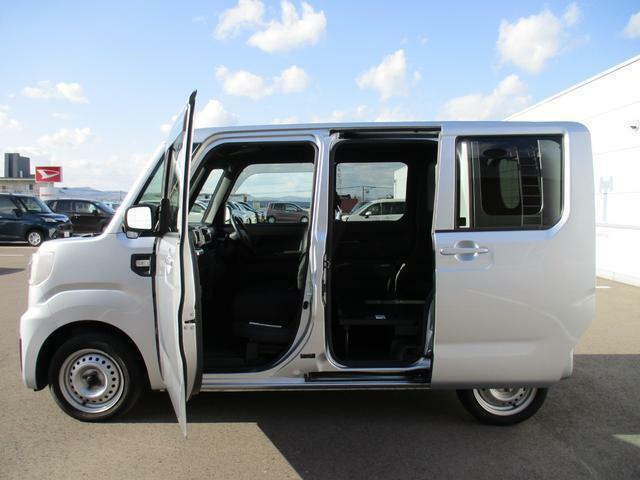 各ドアは開口が大きく、乗り降りや荷物の積み降ろしがラクにできます。