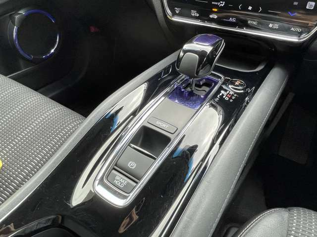 ◆シフトレバー◆オートマチックシフトレバーは手になじみ操作しやすい形状で安全運転にもつながります