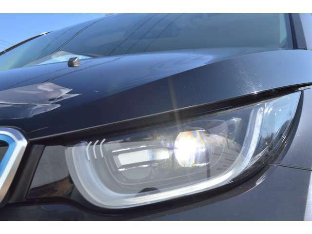 従来のハロゲン・ライトの2倍以上の明るさをもたらすバイ・キセノン・ヘッドライト