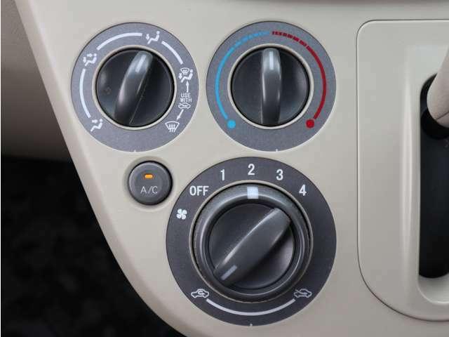 「マニュアルエアコン」回すだけで温風、冷風を調整できます。