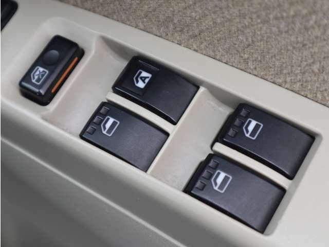 「パワーウィンドウ」 ボタン操作で、窓の開け閉めができます!